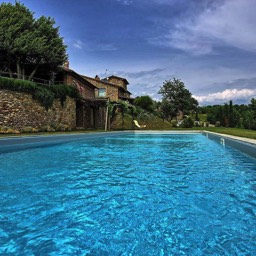 Casa del Rosmarino: Thenlarge swimming pool, looking back towards the holiday cottage