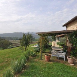 Casa del Rosmarino: A view down the side of the property and across the fields