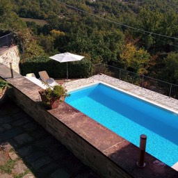 Il Castelletto: Looking down at the swimming pool, ideal for those wanting to relax in Tuscany
