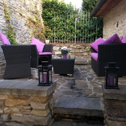 Il Castelletto: The outside lounge area for relaxing whilst on holiday in Italy
