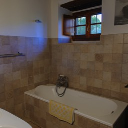 La Casina: The downstairs bathroom with bath