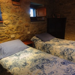 La Casina: Another of the bedrooms with original stone walls and chestnut beams
