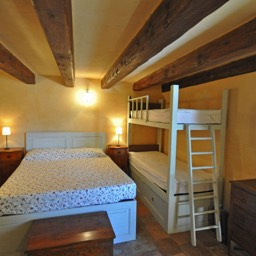 La Tinaia: The double bedroom with bunk beds should you bring your children along
