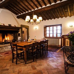 Palazzolo Farmhouse: The spacious dining room of the fully restored farmhouse, Anghiari, Tuscany