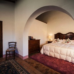 Palazzolo Farmhouse: A view of part of the master bedroom with ensuite bathroom with bath