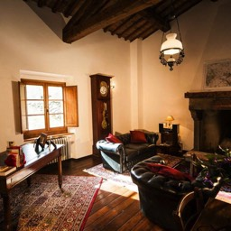 Palazzolo Farmhouse: The large upstairs lounge with original open fireplace