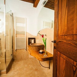 Palazzolo Farmhouse: Looking through into one of the ensuite bathrooms