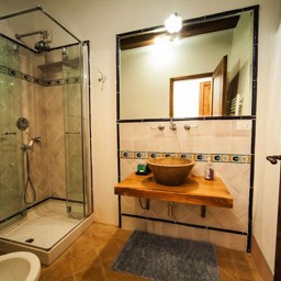 Palazzolo Farmhouse: Another of the six bathrooms to enjoy in the luxury farmhouse