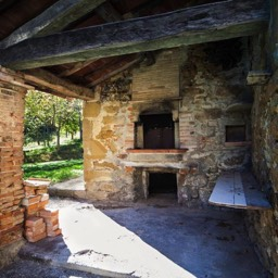 Palazzolo Farmhouse: Enjoy pizza or bread making in this original external covered pizza oven, Anghiari, Tuscany