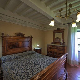 Palazzo Rosadi: Large double ensuite bedroom with antique bed