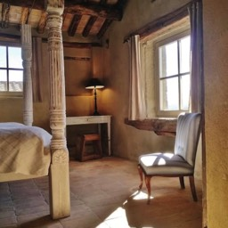 Poggiodoro: Romeo & Juliet bedroom with large poster bed and window to outside