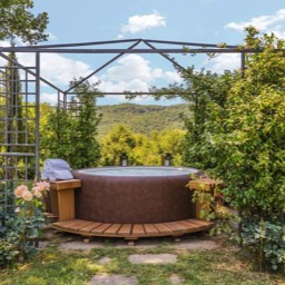 Torre del Cielo: Enjoy quality time relaxing in the jacuzzi hot tub in your own private garden, Monterchi, Tuscany