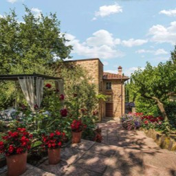 Torre del Cielo: The wonderfully colourful gardens and steps down to the Tuscan farmhouse