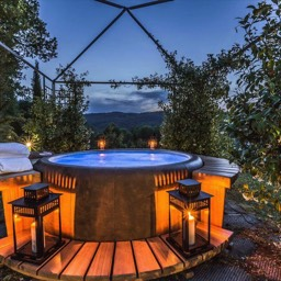 Torre del Cielo: Romantic holiday for those relaxing in the jacuzzi hot tub, open air in Tuscany