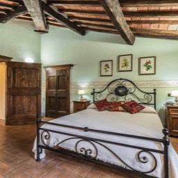 Torre del Cielo: One of the large double bedrooms in this luxurious tuscan farmhouse