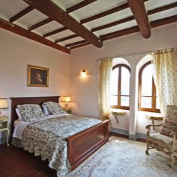 Villa Calcina: The master ensuite bedroom, traditional Tuscan farmhouse