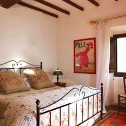 Villa Calcina: Another of the five traditionally styled Tuscan bedrooms