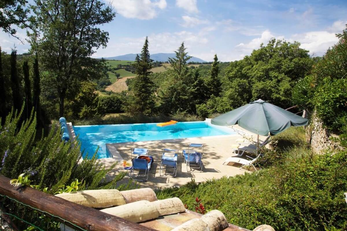 Villa Calcina: The heated pool with Tuscan hills in the background