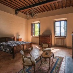 Villa Paradiso: One of the huge bedrooms, enjoy the luxuries of this spacious villa, Sansepolcro