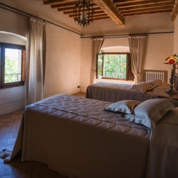 Villa Paradiso: A comfortable twin bedroom with chestnut beams and cotto floors